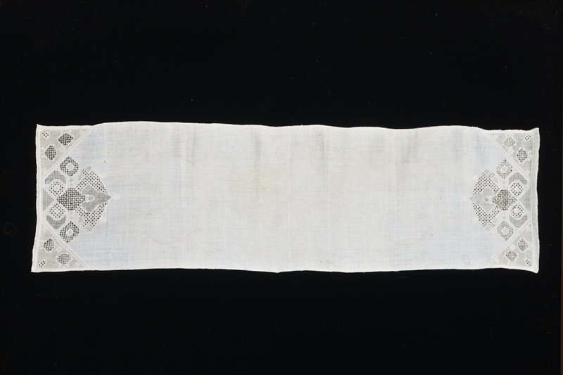 A fine linen towel of which the ends alone are decorated with cut-work, having various fillings and different embroidery stitches. Beautiful work-technique. Slight defects in linen.