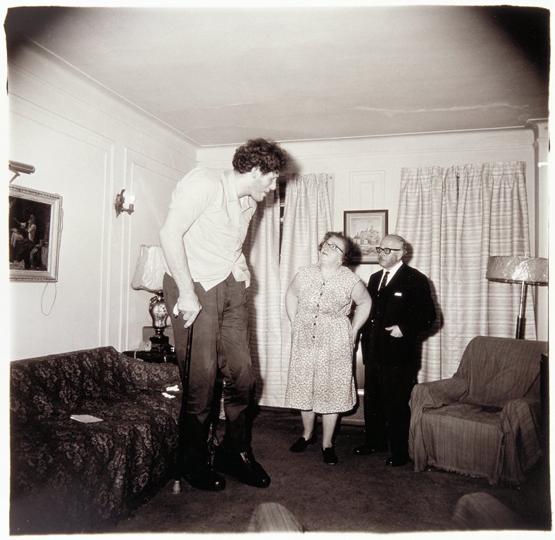 This Is Eddie Carmel A Jewish Giant With His Parents In The Living