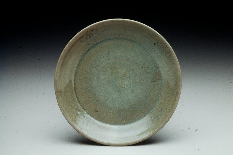 plate four cloud motifs underglazed in white, with light green glaze, celadon